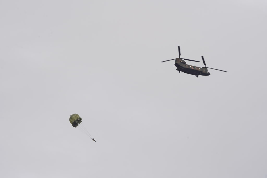 CH-47JAから指揮官の投下