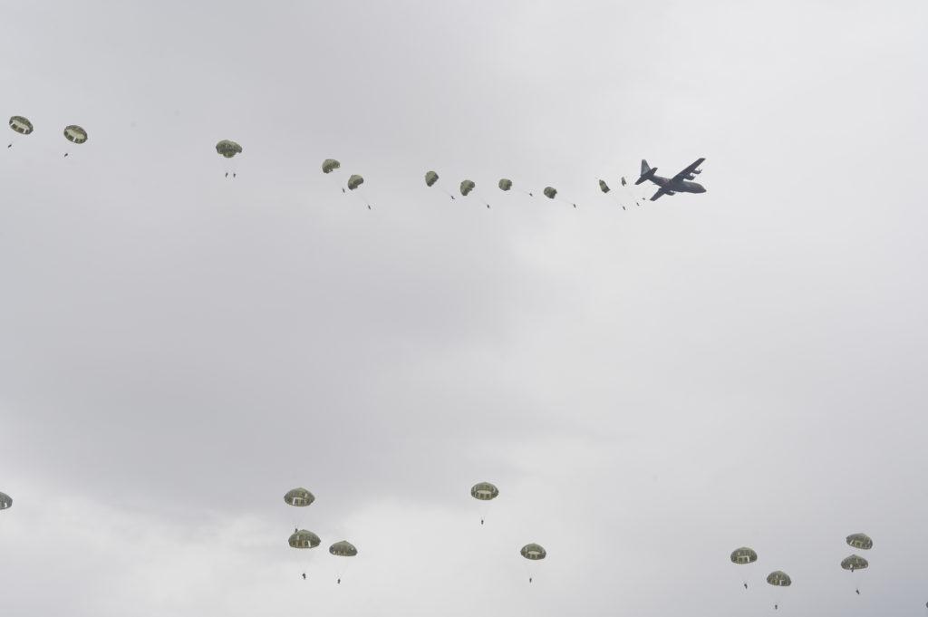 空自C-130H空挺投下