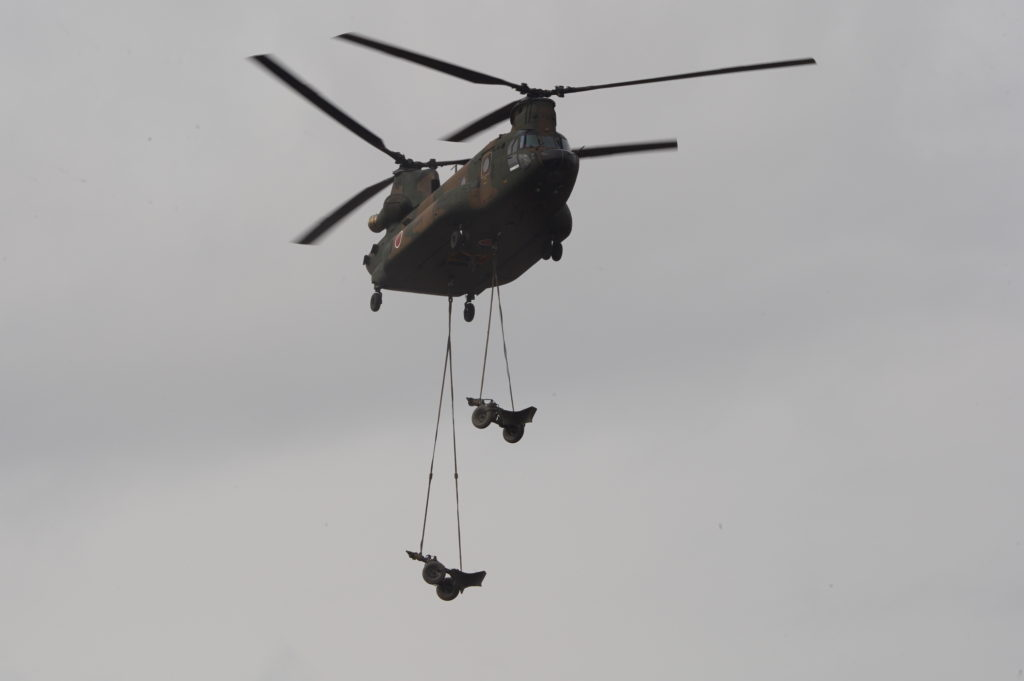 CH-47JAからの物資下ろし