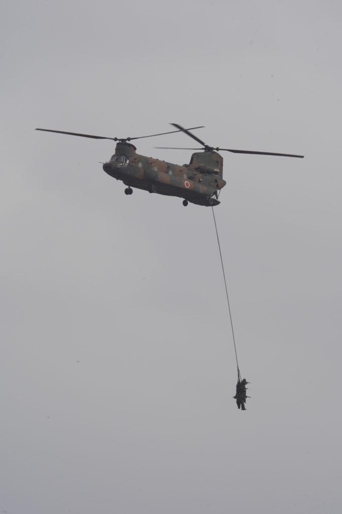 CH-47JAからスナイパーをロープで下げる